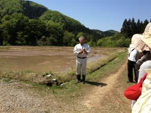 大洋酒造の杜氏・田沢さんから田植えの説明