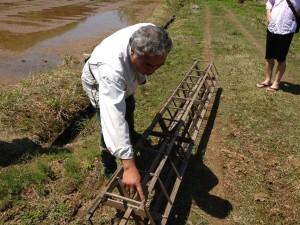 『田植え枠』という農具による『枠まわし』作業の説明