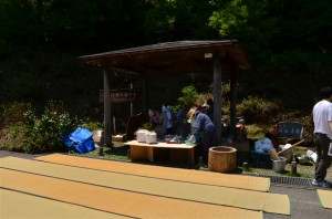 新潟県村上市大毎の地元の方々が料理の準備中