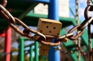 ダンボー、鎖にぶらさがる