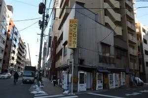 黄色いコインロッカーの看板が目印