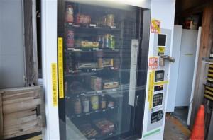 ジュースやお菓子、おでん缶などが混ざったミックス自販機