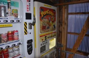 建物内に設置されているポップコーンの自販機
