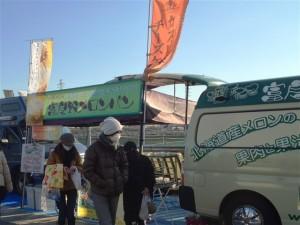 移動販売車の横でテントが組まれ、富良野メロンパンなどの各種商品が販売