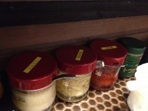 テーブルの上にはニンニクや刻み生姜、豆板醤、粗挽きトウガラシ