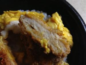 とろとろ玉子のロースカツ丼の肉の厚み