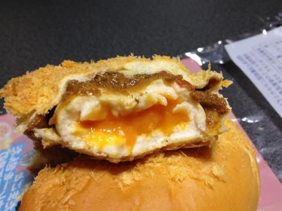 ドラゴンボール とろ~り半熟たまご入り焼きカレーパンの卵を割ってみたところ