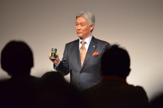 澤田道隆社長が手にしているのが新発売の『ヘルシアコーヒー』