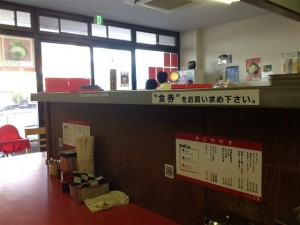 店内のカウンターはL字のカウンター(11席)