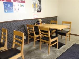 4名テーブルも2つ(計8席)