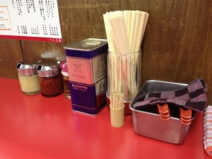 テーブルには胡椒の他にニンニクや豆板醤、お酢など