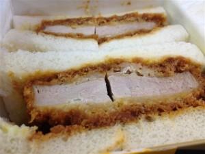 肉の万世『ヒレかつサンド』は厚みがある