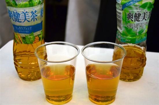 爽健美茶の『いままでの味』と『あたらしい味』を透明のコップに注いでみたところ