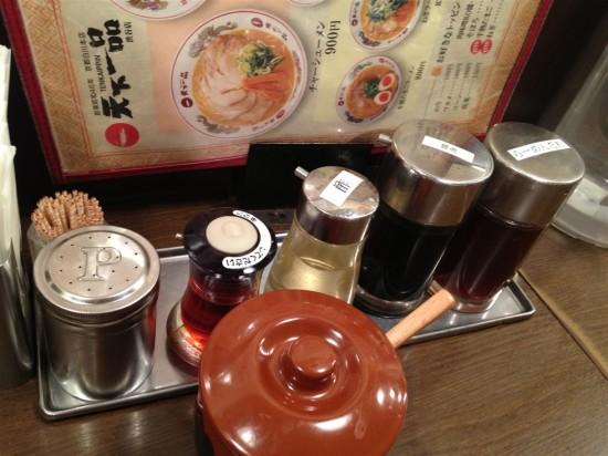 テーブルの上には醤油や酢、ラー油の他、らーめんたれや胡椒など