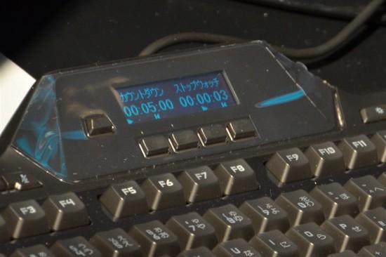 上部に搭載されたLCDゲームパネルには、ゲームステータスやメディアプレイヤー情報、システム情報などを表示する事ができ、タイマーなどの機能も搭載