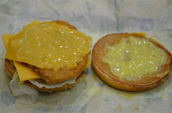 レタスの下には2枚のチーズで挟まれたチキンバンズ