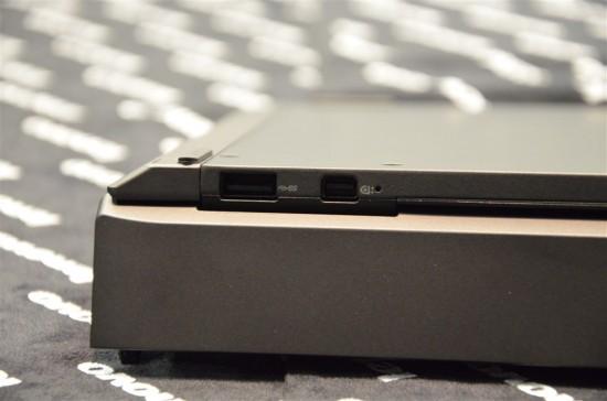 左側(逆さまにしているので実際は右側)にはUSB3.0端子とMini DisplayPortが1個ずつ