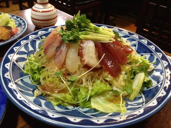 新鮮な魚介類がタップリ盛り付けられた海鮮サラダ