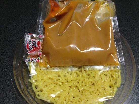 具材の下にはスープと麺、唐辛子