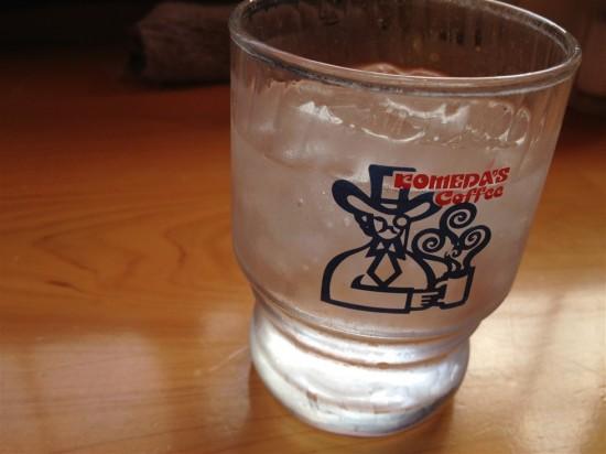 お冷のグラスにもコメダのロゴ