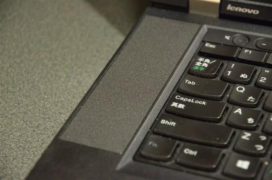 キーボードの左右には大型のスピーカーを搭載