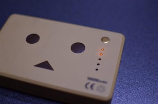 右上の金色のボタンを押すと、5つのLEDでバッテリーの残量が確認できます