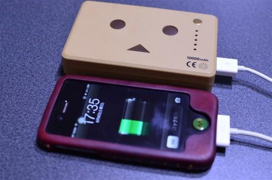 iPhone用の充電ケーブルは付属しませんが、iPhoneに元々付いている充電ケーブルで問題無く充電する事ができます