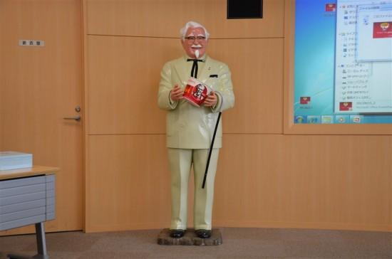 本社内にある『トレーニングセンター施設』では『カーネルおじさん』がお出迎え