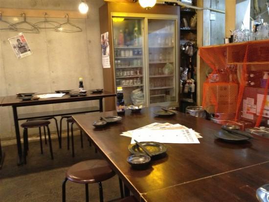 店内はこの様にパイプテーブルとパイプ椅子のシンプルな構成