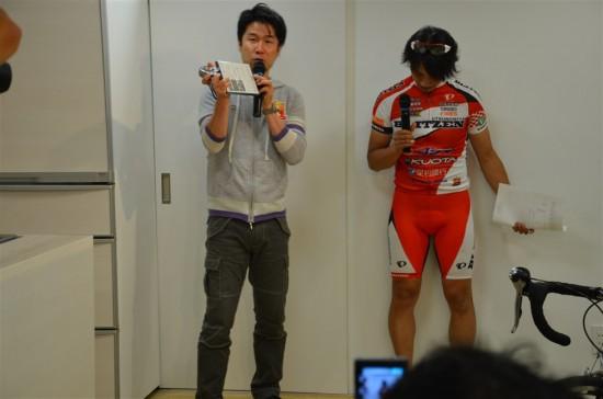 栗村監督が手に持っているのは、宇都宮ブリッツェンの2012シーズンイヤーDVDとメジャー