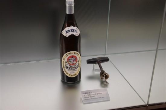 日本のビールは明治末期まで主にコルク栓が用いられていましたが、炭酸ガスが抜けてしまったり、開栓が面倒だったりと、不具合が多かったそうです
