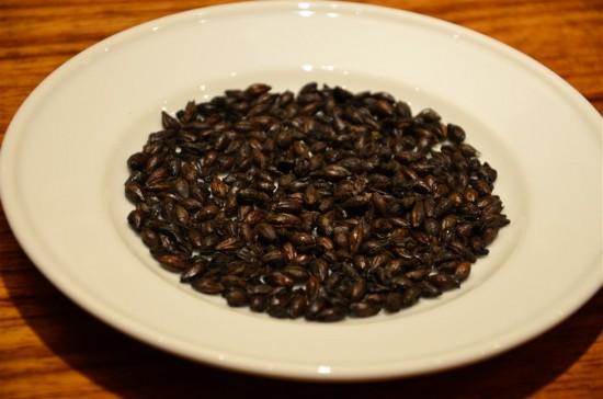 備長炭により炭焼きされた『プレミアムロースト麦芽』