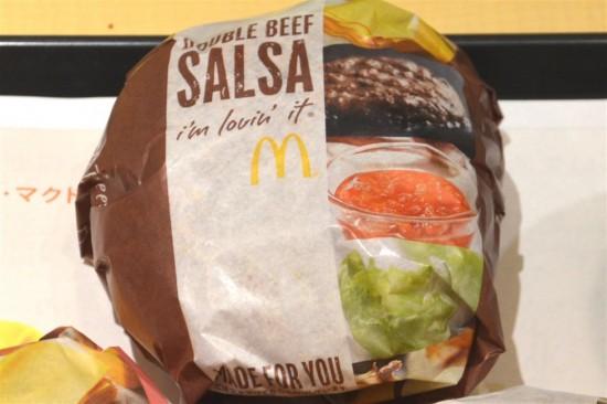 包み紙はオリジナルの物が使用されており、『DOUBLE BEEF SALSA』と書かれています