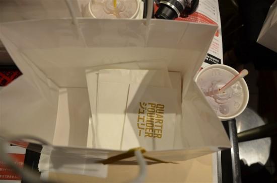 袋の中には箱に入った『ゴールドリング』と説明カードや紙ナフキン、バーガーを包む専用の紙が入っています
