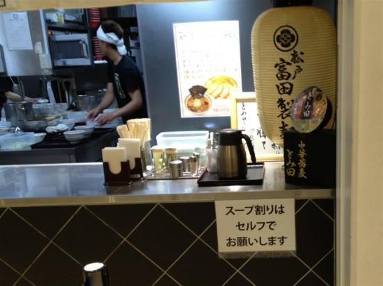 割り箸や調味料などは提供場所に置いてあり、スープ割りはセルフ
