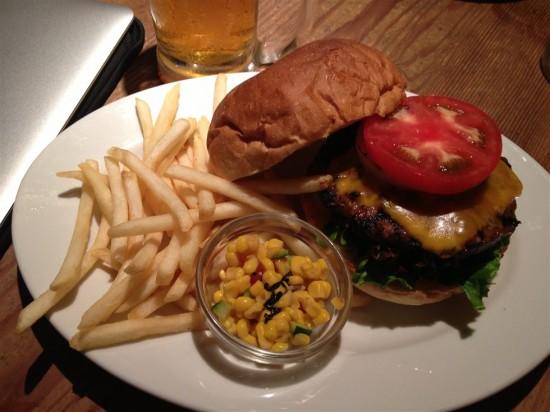 ハンバーガーとフライドポテト&ミニコーンサラダがワンプレートで提供