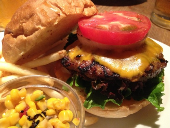 ハンバーガーは分厚くてジューシーなパティの他、厚切りのトマトやオニオン、レタスなどがサンドされていて凄い厚みとボリューム
