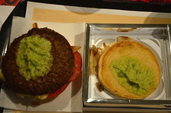 緑色のペーストは『アボカドフィリング』、パティの下には『ペッパージャックチーズ』が確認できます