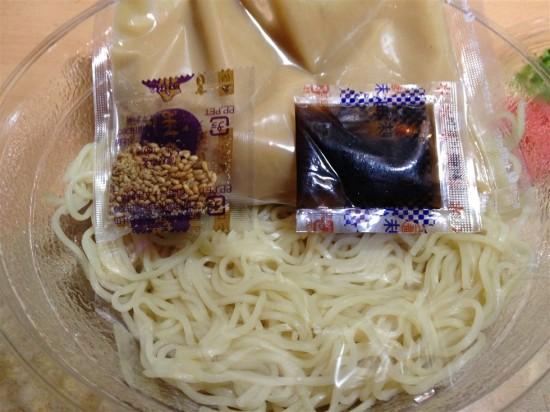 具材の下にはスープと香味油、胡麻や麺