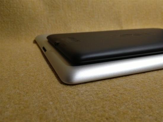 2013年版Nexus7とiPad2の厚み比較