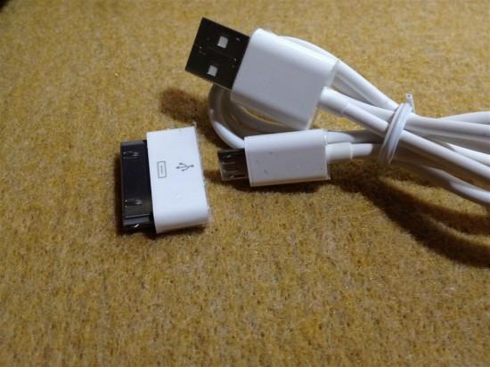 充電ケーブルはこの様にドックコネクタが取り外せる様になっており、これ1本でバッテリー本体の充電、及び、ドックコネクタを搭載した端末への充電が行えます