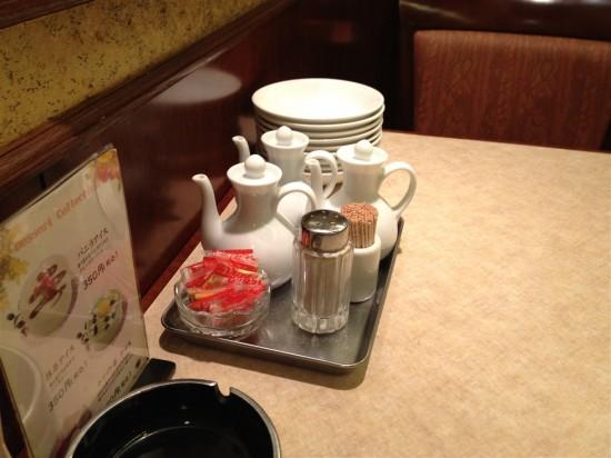 テーブルには各種調味料が並んでいます