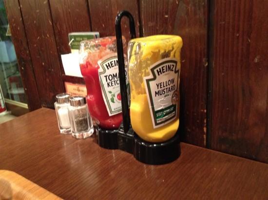 各テーブルにはケチャップやマスタード、塩コショウなどが常備されています