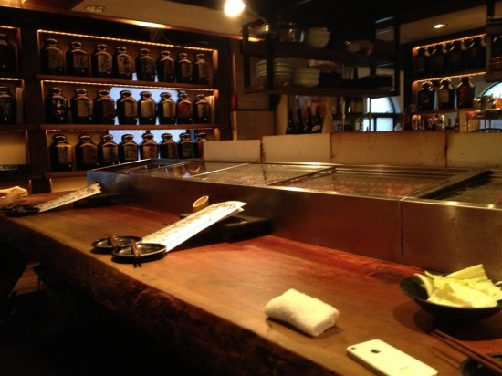 2階は厨房を囲む様にコの字型のカウンターがあり、奥にはテーブル席もある様です