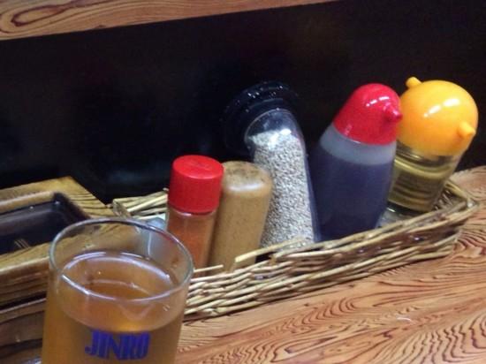 テーブルには酢やラー油、白ゴマ、一味、黒胡椒などが置いてあります