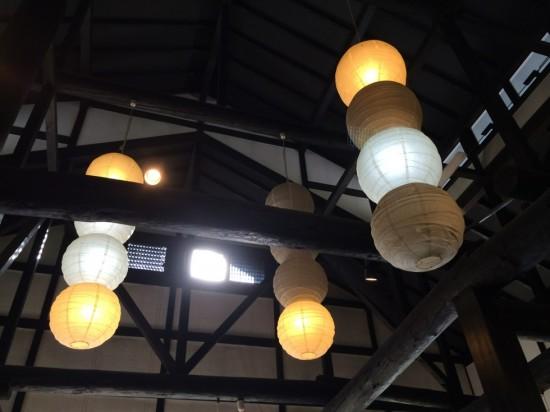 天井は高く、昔ながらの建物といった感じ