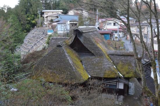 頂上の集落には茅葺屋根の家が数軒、現存していました