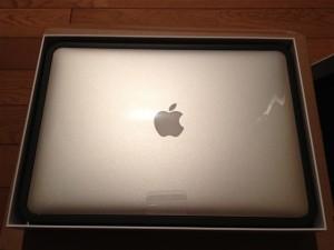 MacBookAirの箱を開けたところ