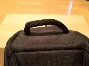 Amazonベーシック 一眼レフカメラ用スリングバッグ上部の取っ手