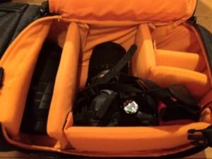 Amazonベーシック 一眼レフカメラ用スリングバッグにカメラを収納したところ